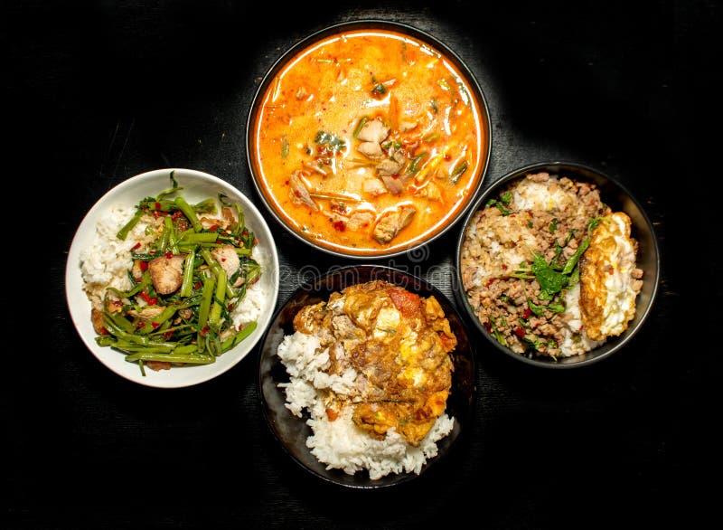 menu tailandês favorito Krapoa do alimento quatro, Tom-yum, sopa, omeleta fotos de stock