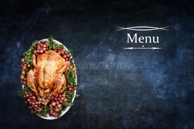 Menu z Pieczonym Turcja nad Chalkboard tekstury tłem zdjęcia royalty free