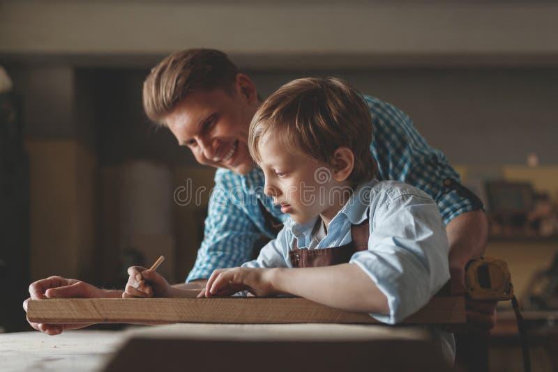 Menuiserie de père et de fils photographie stock libre de droits
