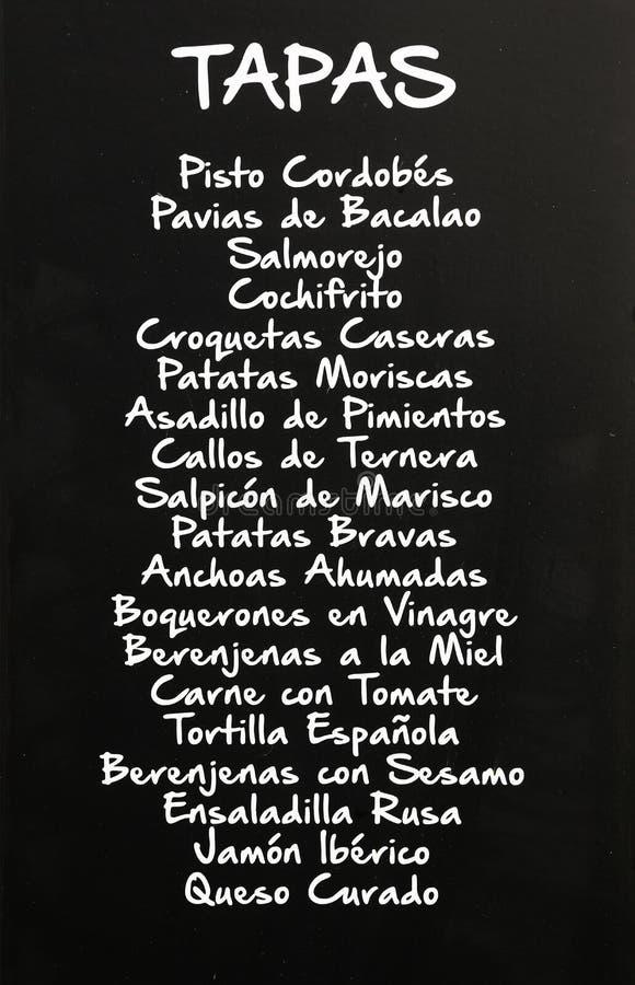 Meny av tapas som är skriftliga på svart tavla, Spanien arkivbild