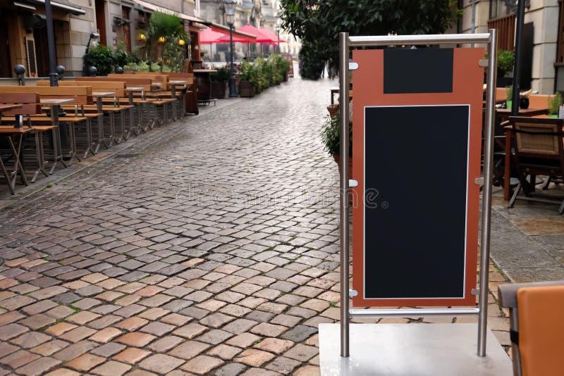 Menybräde av restaurangen på stadsgatan royaltyfri foto