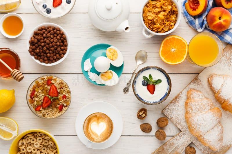 Menyn för den kontinentala frukosten woden på tabellen arkivfoton