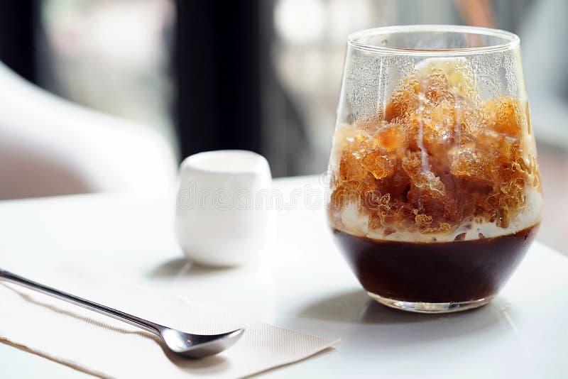 menyn för med is kaffe som tjänas som med kaffegelé i nedersta och överträffas med krossat frysa, mjölkar i det första lagret med royaltyfri fotografi