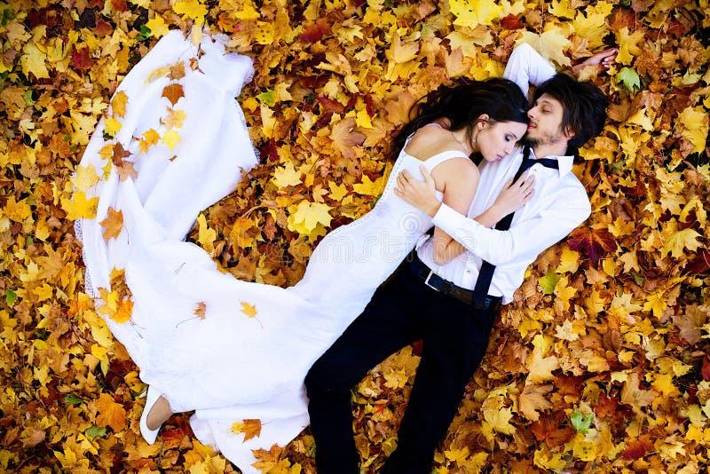 Menzogne delle coppie di nozze fotografie stock
