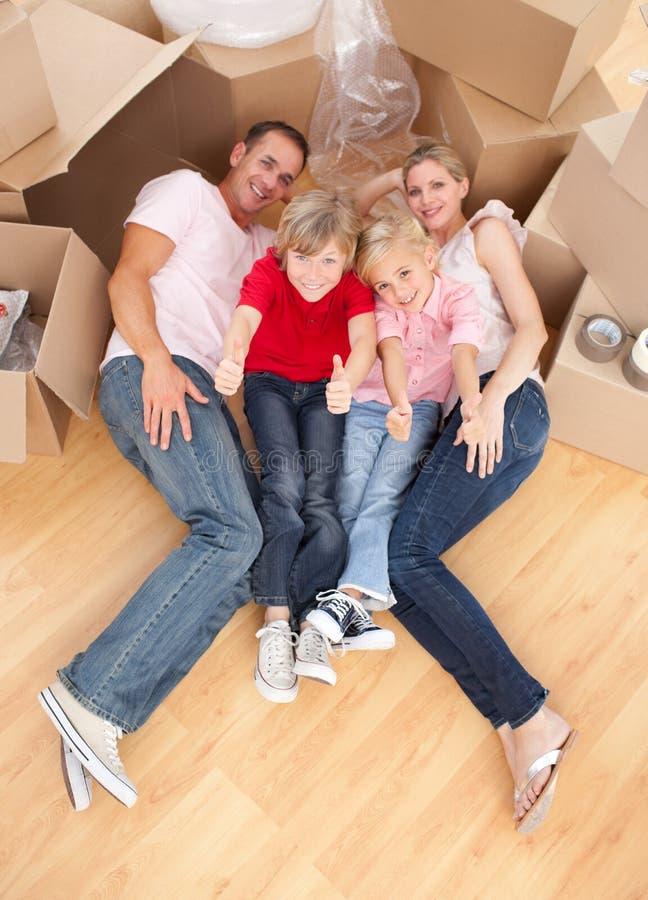 Menzogne faticosa di sonno della famiglia sul pavimento immagine stock libera da diritti