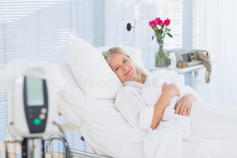 Menzogne paziente felice sul suo letto fotografie stock libere da diritti