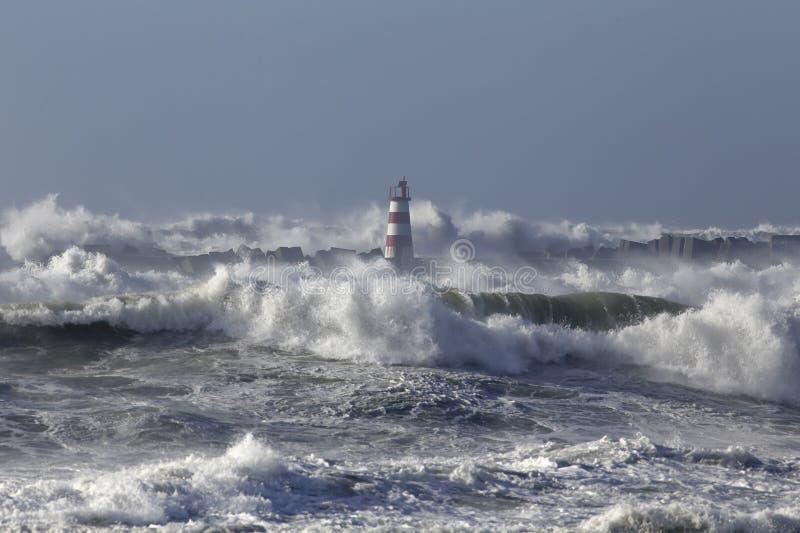 Mer agitée avec de grandes vagues image libre de droits