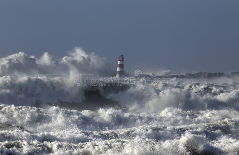 Mer agitée avec de grandes vagues images stock