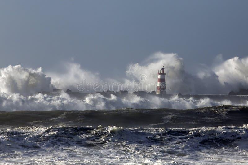 Mer agitée avec de grandes vagues photos libres de droits