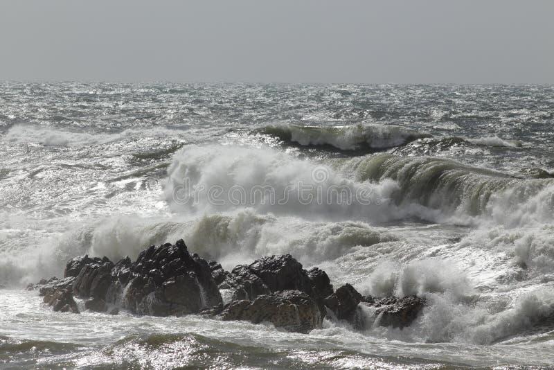 Mer agitée avec des vagues de rupture photographie stock