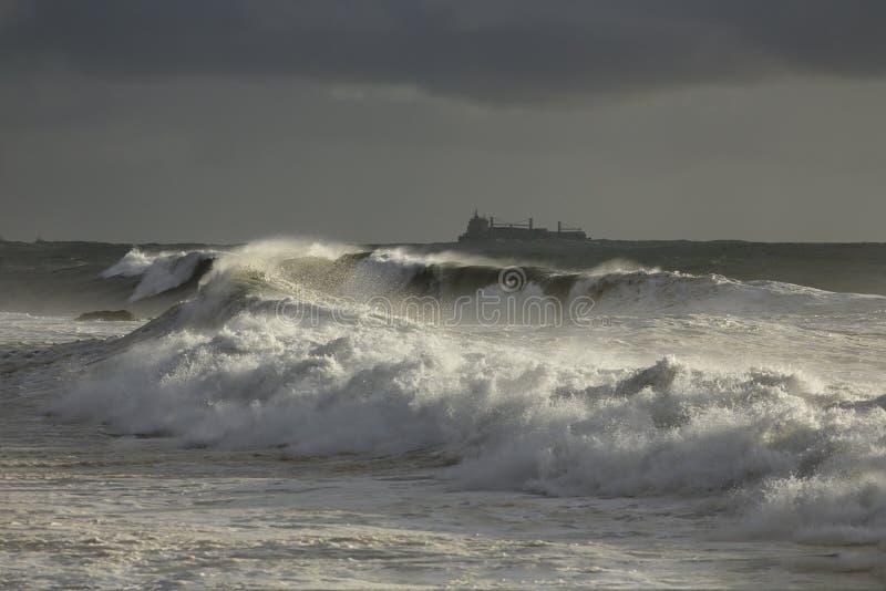 Mer agitée avec les vagues de rupture fortes image stock