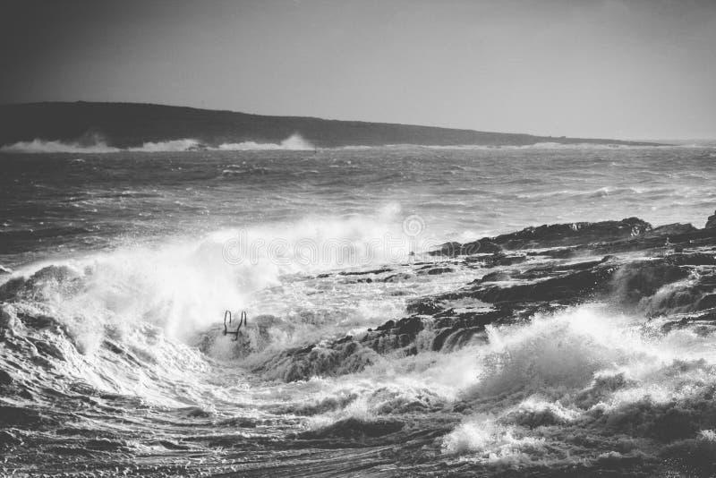 Mer agitée en noir et blanc image libre de droits