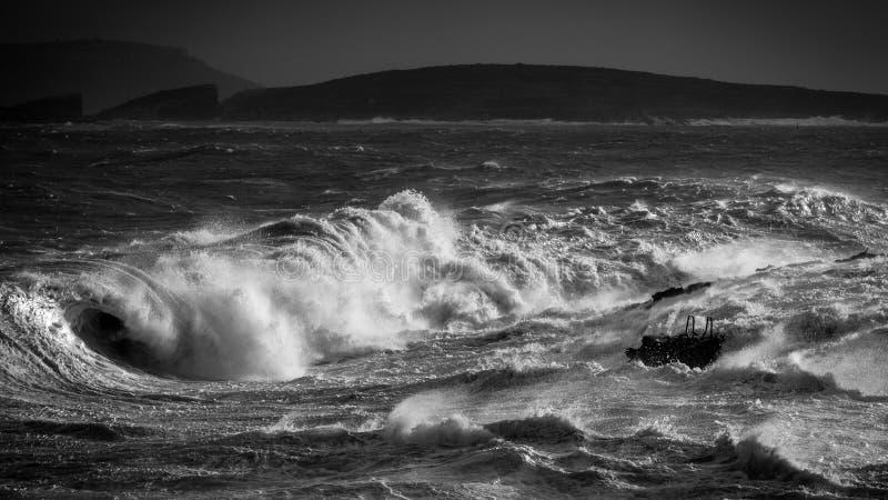 Mer agitée en noir et blanc photos stock