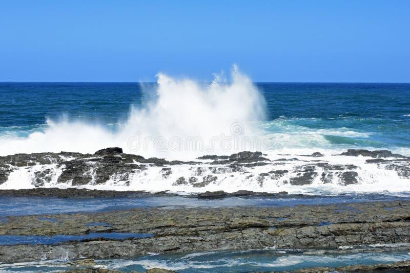 Mer agitée et hautes vagues, parc national de Tsitsikamma, Afrique du Sud image stock