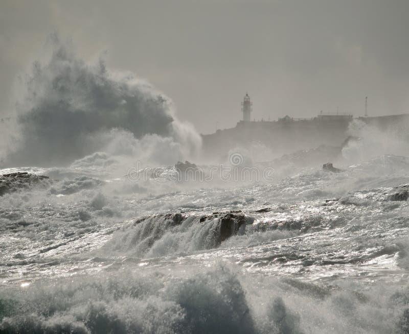 Mer agitée, grandes vagues et phare image stock