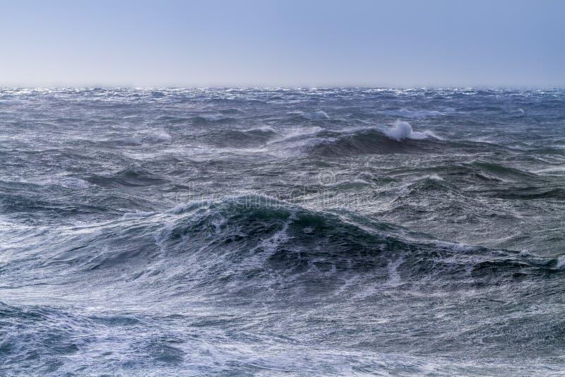 Mer agitée un jour ensoleillé photographie stock