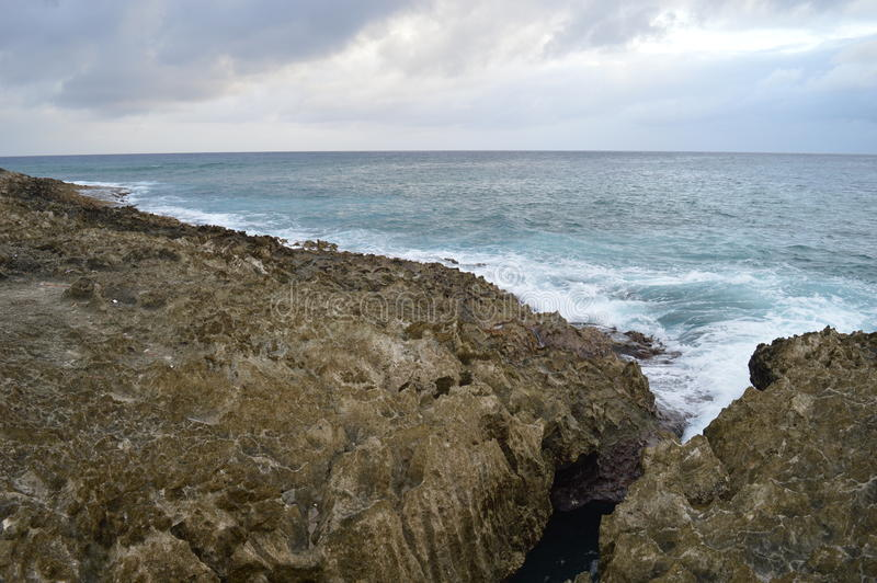 Mer avec des roches image stock