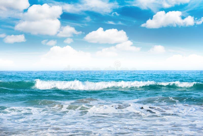 Mer avec des vagues et des nuages image stock
