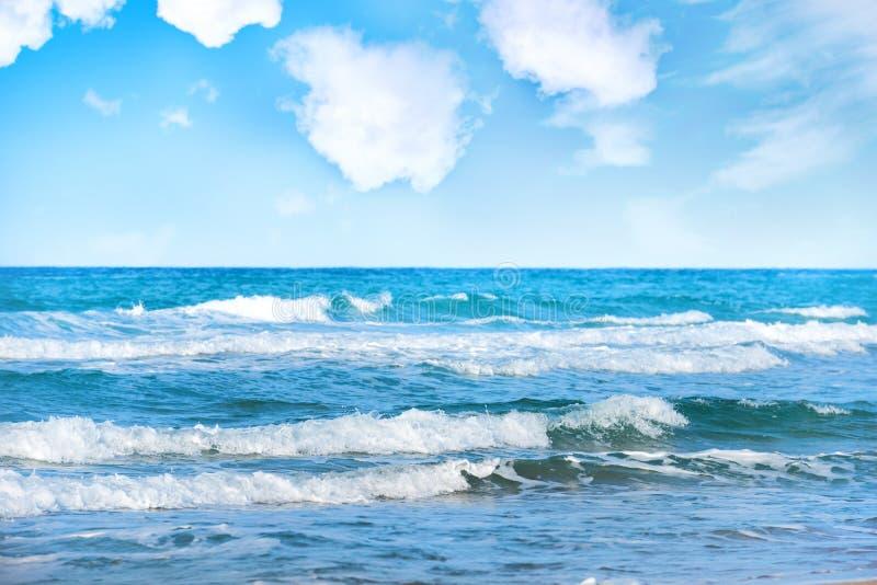 Mer avec des vagues et des nuages images libres de droits