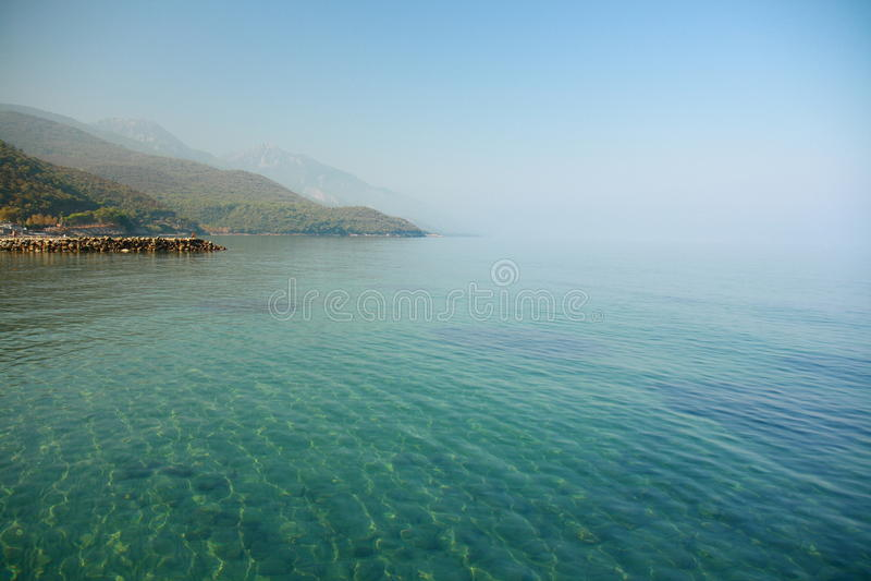 Mer Avec La Maison D Izmir Sous Le Ciel Bleu Images libres de droits