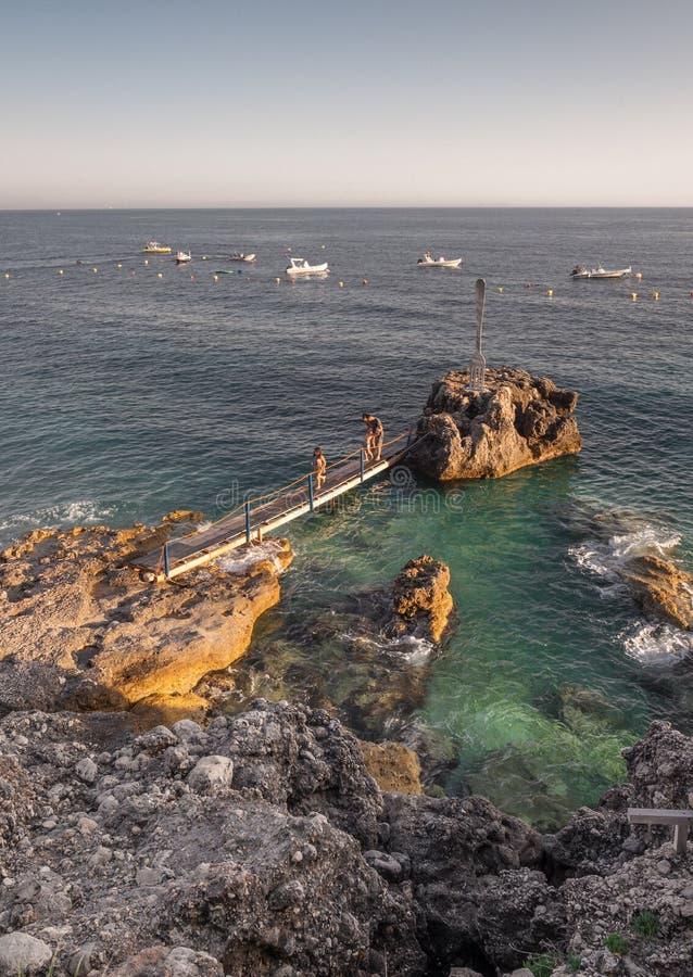 Mer azurée dans Dhermi, Albanie photographie stock libre de droits