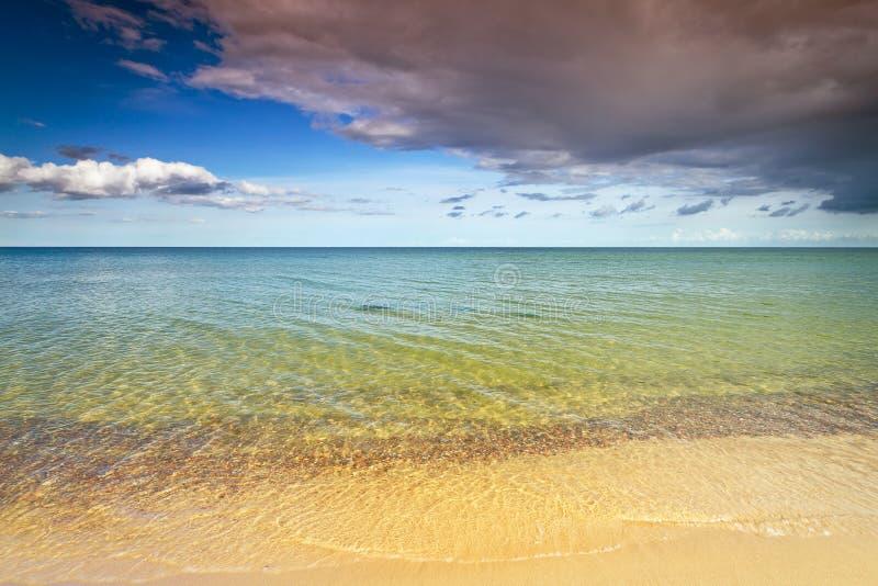 Mer baltique avec la plage sablonneuse photographie stock