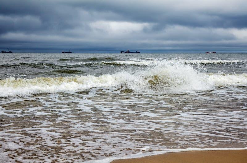Mer baltique orageuse avec des bateaux photos stock