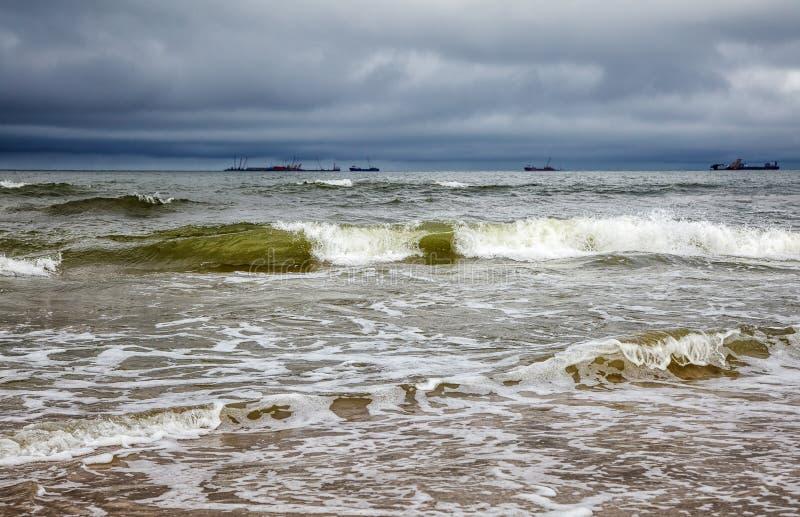 Mer baltique orageuse avec des bateaux images stock