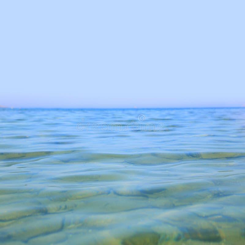 Mer bleue claire photographie stock libre de droits