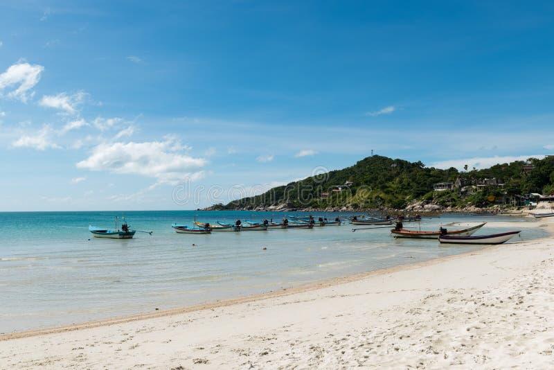Mer bleue de flottement de bateaux en clair et beau ciel d'été images libres de droits