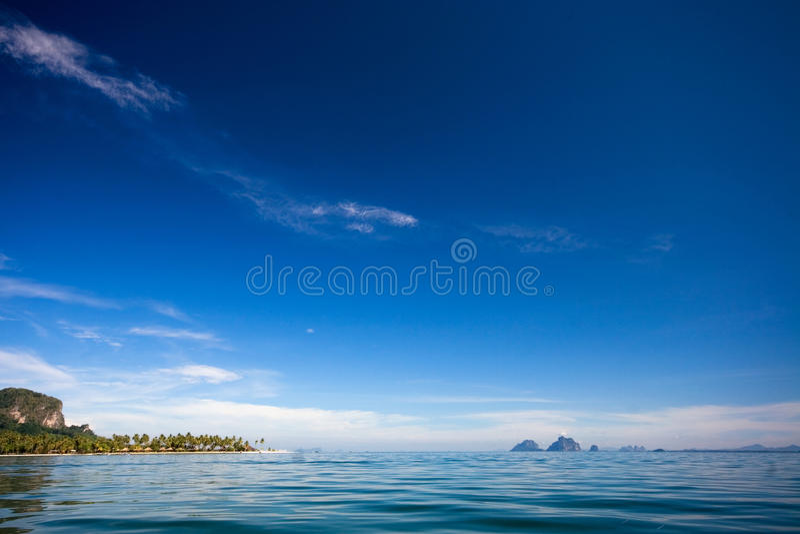 Mer bleue et ciel bleu photo stock