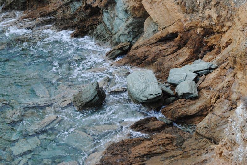 Mer bleue et rosks gris photos stock