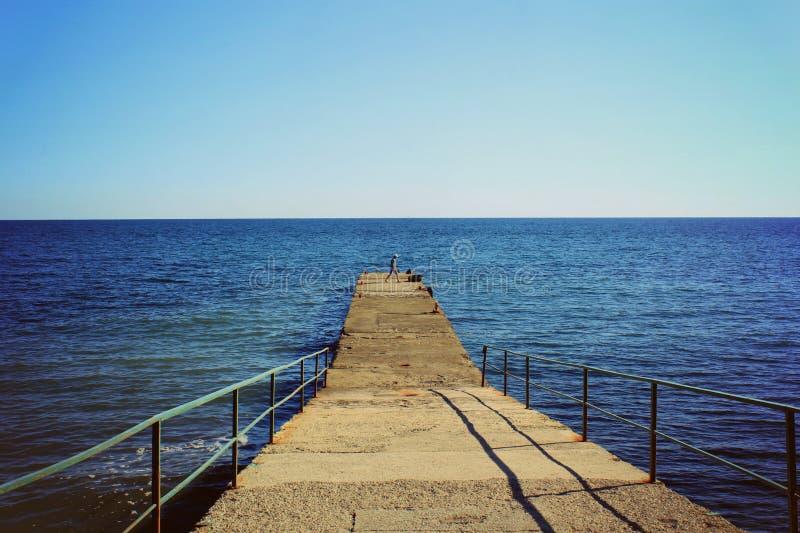 Mer bleue et une vague approchante avec la mousse blanche image libre de droits