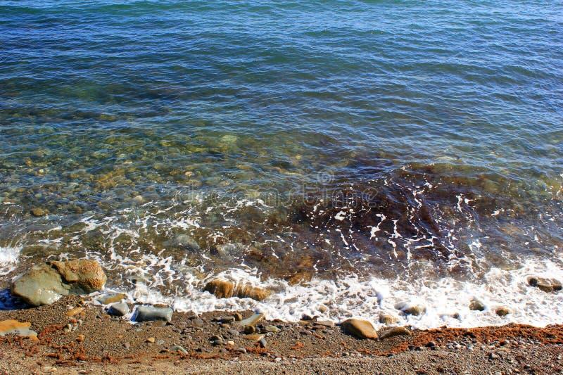 Mer bleue et une vague approchante avec la mousse blanche photo stock