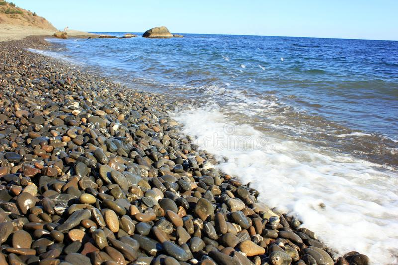 Mer bleue et une vague approchante avec la mousse blanche photographie stock