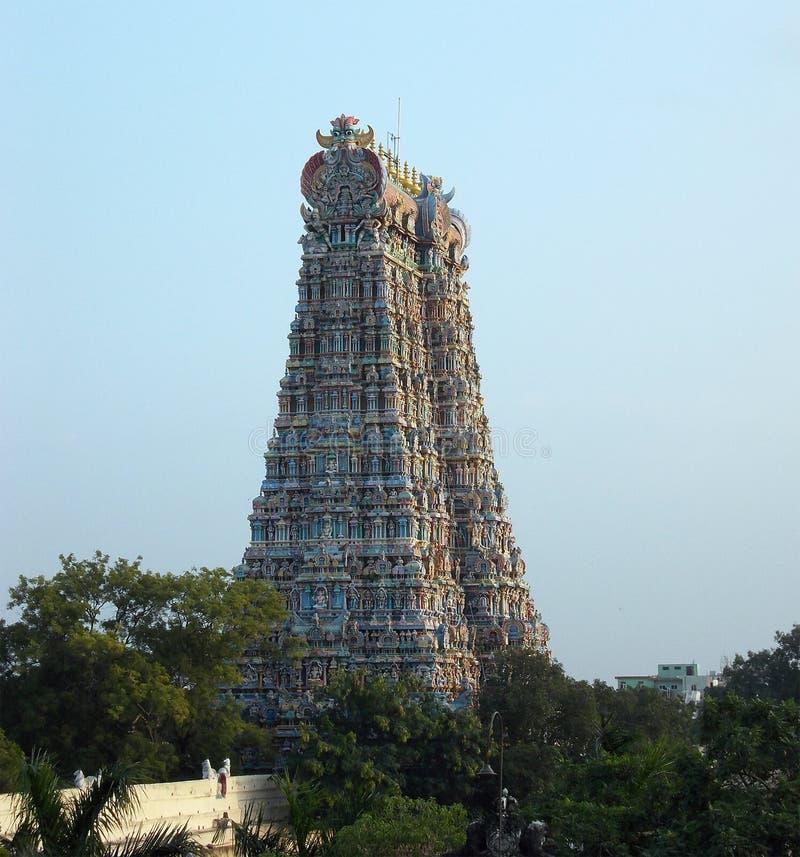 Mer bra sikt av porten till en hinduisk tempel arkivbilder