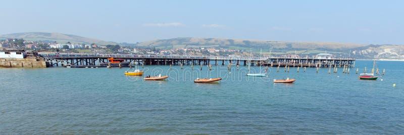 Mer BRITANNIQUE de jetée de Swanage Dorset Angleterre et panorama de côte images stock