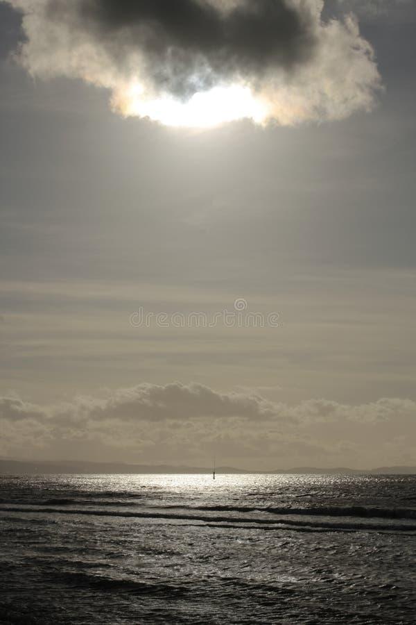 Mer calme au coucher du soleil photos libres de droits