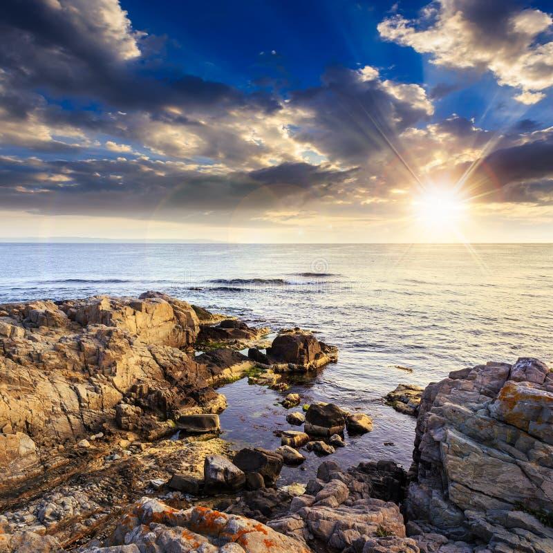 Mer calme avec des rochers sur la c te au coucher du soleil photo stock image du libre aube - Coucher bebe sur le cote ...