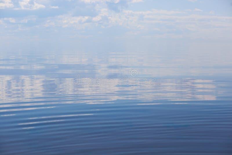 Mer calme avec le ciel bleu gentil sur le golfe de Finlande en Baltique photographie stock