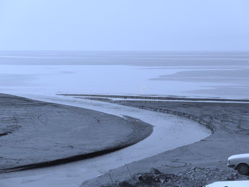 Mer calme bleue de vague de rivière images stock