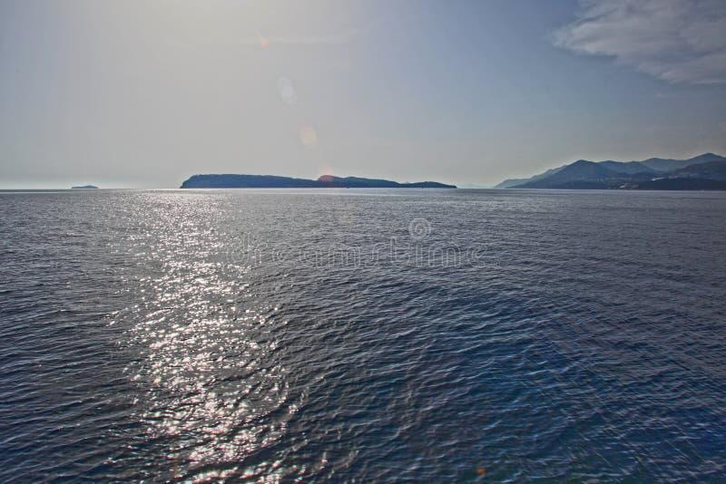 Mer calme et îles photo stock
