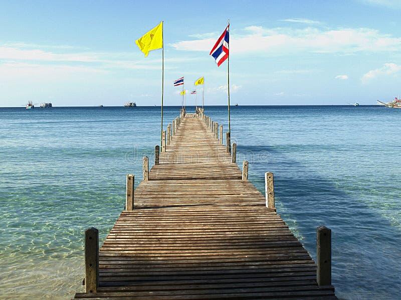 Mer calme et pont en bois photographie stock libre de droits