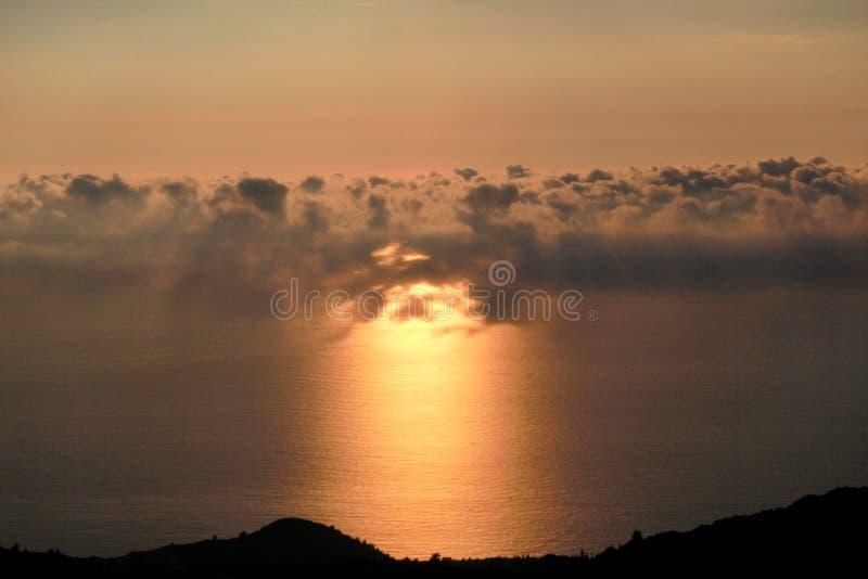 Mer, ciel, belle structure des nuages, paysage majestueux avec le paysage marin au coucher du soleil calme sur l'horizon de la cô photographie stock