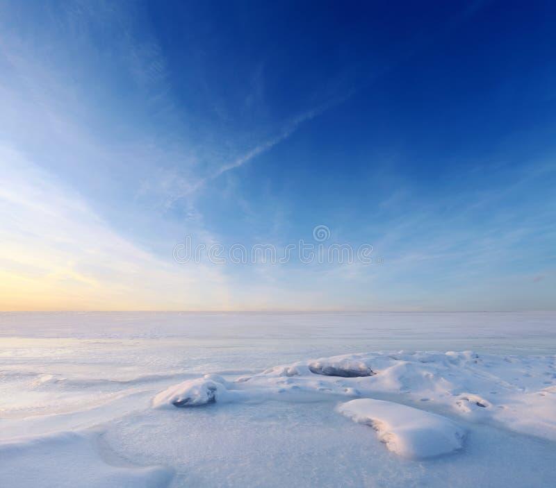 Mer congelée sans fin et ciel bleu images libres de droits