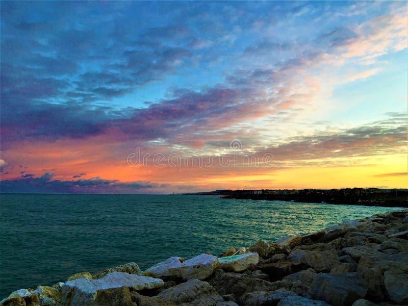 Mer, coucher du soleil et couleurs dans Civitanova Marche, Italie Fascination, attraction et atmosphère romantique images stock