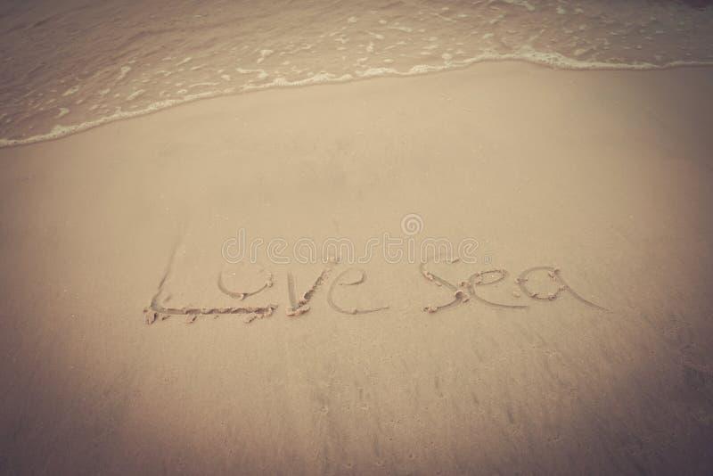 Mer d'amour sur le sable sur la plage photo libre de droits