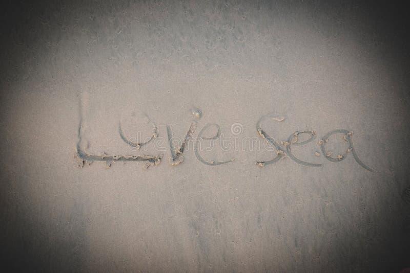 Mer d'amour sur le sable sur la plage image libre de droits