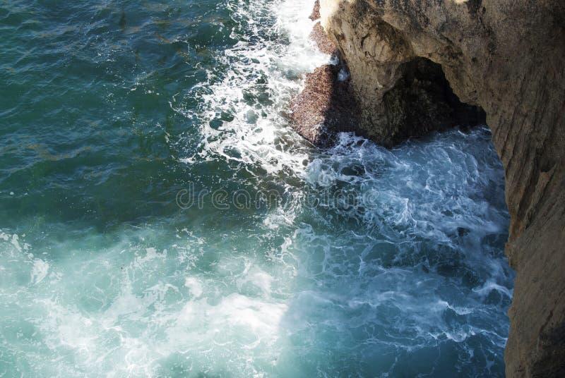 Mer dans des roches image libre de droits