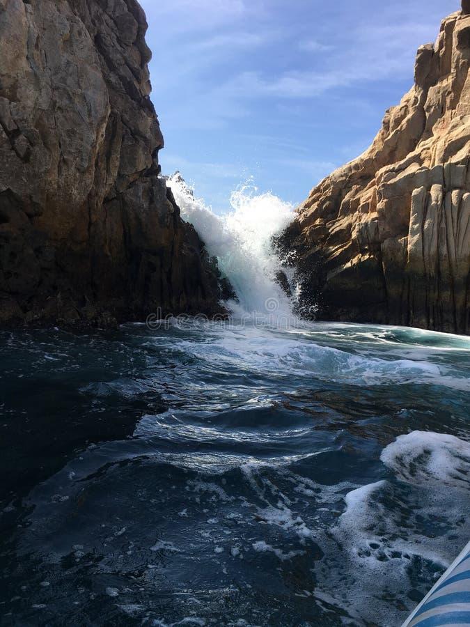 Mer de Cortez éclaboussant par les roches dans Cabo image libre de droits